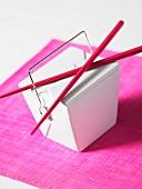 Asiatische Take-Out-Box mit Essstäbchen