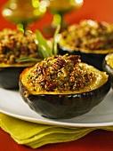 Gefüllter Eichelkürbis mit Quinoa und Pecannüssen