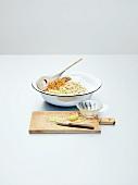 Zutaten für Elisenlebkuchen in einer Schüssel