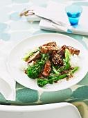 Schweinefilet mit Hoisinsauce, Sesam und Brokkolini