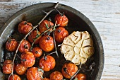 Grilled vegetables: tomatoes in wine with garlic (seen from above)