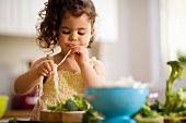 Kleines Mädchen kostet Spaghetti