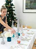 Mädchen deckt den Weihnachtstisch
