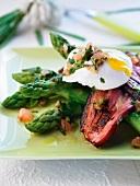 Grüner Spargel mit Speck und pochiertem Ei