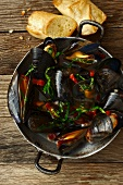 Mussels in an aluminium pot