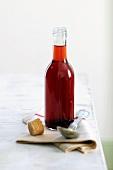 Eine Flasche Erdbeeressig