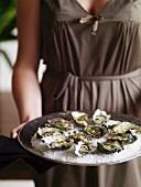 Frau serviert Austern mit Balsamico