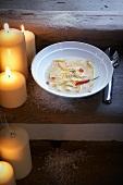 Bouillon mit Blumenkohl-Ravioli und Chilischoten (weihnachtlich)