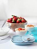 Karamellisierter Joghurt mit Erdbeeren