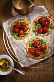Mini pizzas with pesto and tomatoes