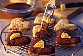 Ingwer-Schokoherzen mit flüssiger Schokolade einpinseln