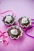 Schokoladenpudding mit Sahne und bunten Zuckerperlen