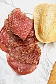 Salami und Baguettebrötchen