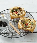 Mini quiches with gorgonzola, tomatoes and mushrooms