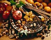 Weihnachtliches Stillleben mit Granatapfel