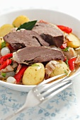 Eintopf mit Kalbsherz, Kartoffeln, Pancetta, Perlzwiebeln und roter Paprikaschote
