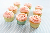 Cupcakes mit rosa Cremehaube