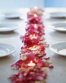 Tischdeko aus Rosenbüten, Rosenblättern & Teelichtern