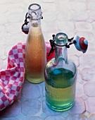 Apfelsirup in zwei Flaschen