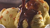 Vanilla caramel ice cream with chocolate sauce (close-up)