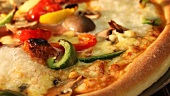 Vegetarische Pizza im Ofen backen (Close Up)