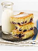 Blueberry Buckle Cake (Heidelbeerkuchen, USA) und eine Milchflasche