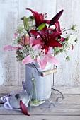 Blumenstrauss aus Lilien und Wilder Möhre in alter Milchkanne