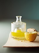 Salatdressing mit Öl, Zitronensaft & Pfeffer in Glasfläschchen