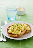 Scrambled eggs with chives on a toasted bagel