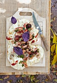 Gegrilltes Fladenbrot mit karamellisiertem Hähnchenfleisch, Pilzen und rotem Basilikum