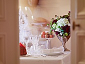 Festlich gedeckter Tisch mit Blumen und Macarons
