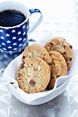Schokoladen-Nuss-Cookies und Kaffeetasse