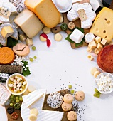 Verschiedene Käsesorten um den Bildrand
