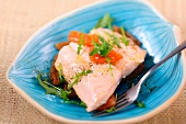 Salmon with lukewarm tomatoes and rocket