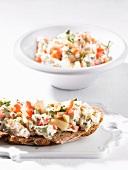 Krustenbrot mit Sauerkraut-Joghurt-Brotaufstrich