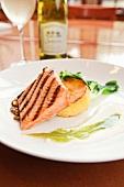 Gegrilltes Lachsfilet mit Polenta und Limettensauce