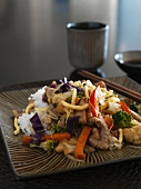 Schweinegeschnetzeltes mit Gemüse und Reis (Asien)