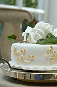 Festliche Torte mit Rosendekoration