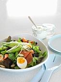 Sommersalat mit Ei und Räucherlachs