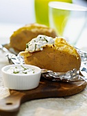 Jacket potatoes with yogurt sauce