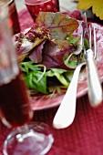 Salat und Getränk