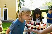 Kinder bei einer Geburtstagsparty
