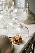 Verschiedene Glashauben im Vintagestil auf alter Steinplatte