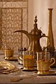 Arabisches Teeservice auf Wohnzimmertisch