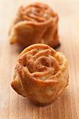 Mini rose cakes with cinnamon