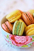 Verschiedene Macarons (Pistazie, Zitrone, Himbeere)