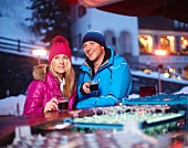 Paar trinkt Kaffee bei einer Bar im Winter