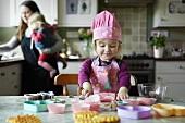 Mutter und Kinder backen in der Küche
