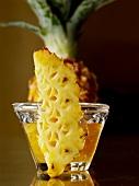 Ananasspalte vor Ananasmarmelade
