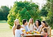 Familie beim Frühstück im Garten